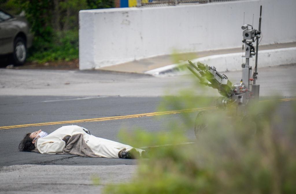 Policía dispara a hombre disfrazado de panda por amenaza de bomba