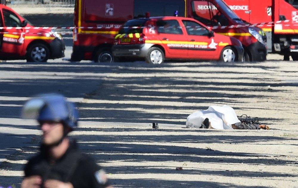 Conductor arremete contra vehículo policial en París; muere