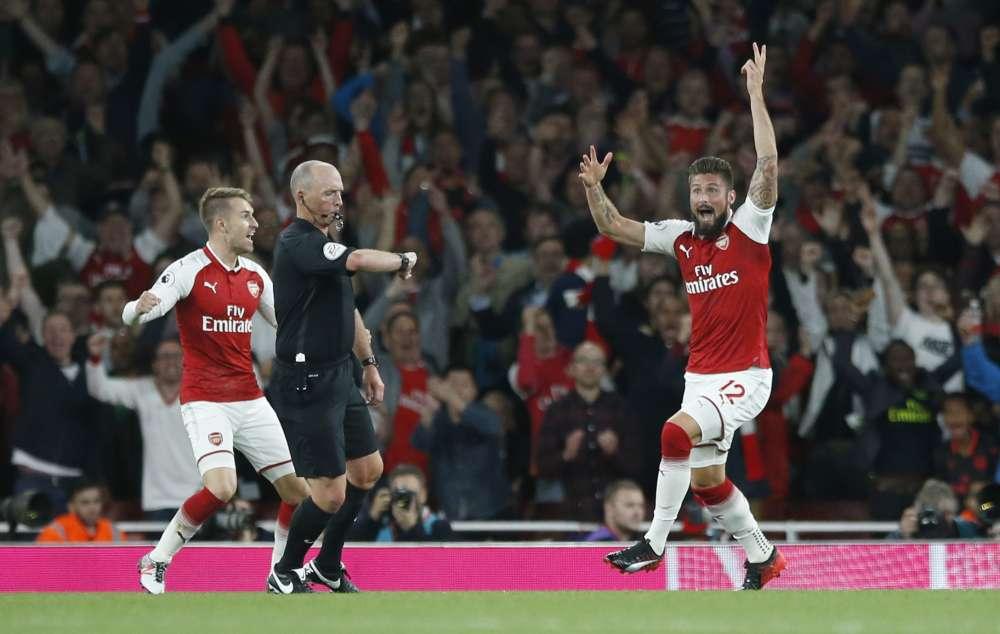 Giroud salva a Arsenal en trepidante triunfo sobre Leicester