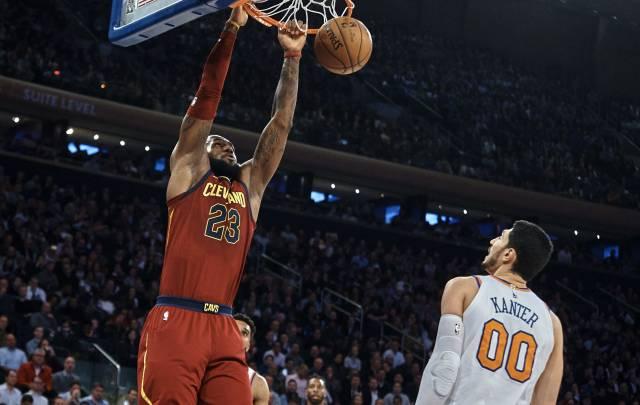 LeBron y Korver dan apurado triunfo a Cavs sobre Knicks