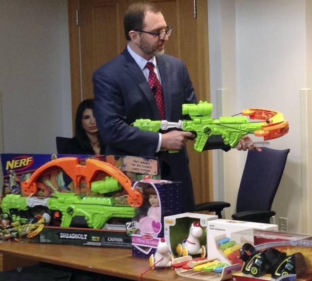 Espadas, drones y fidget spinner, entre los peores juguetes