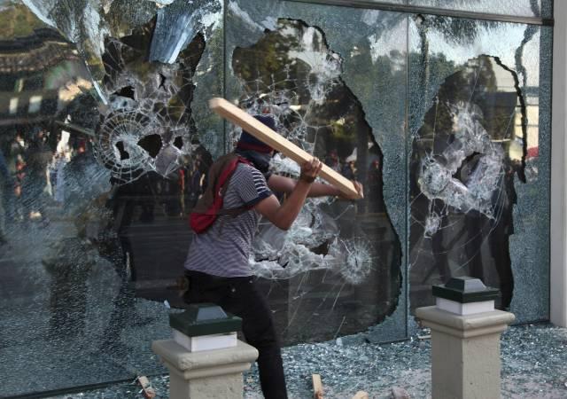Policías agreden a Zelaya y a Nasralla durante protesta