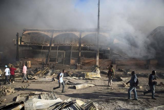Fuego vuelve a destruir histórico mercado de Puerto Príncipe