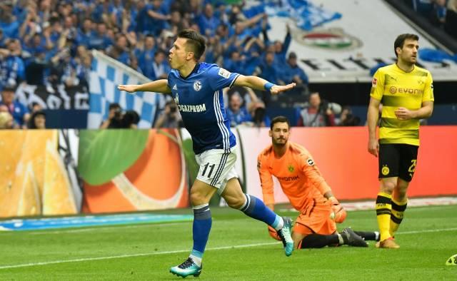Schalke vence 2-0 al Dortmund y se afianza en el 2do lugar