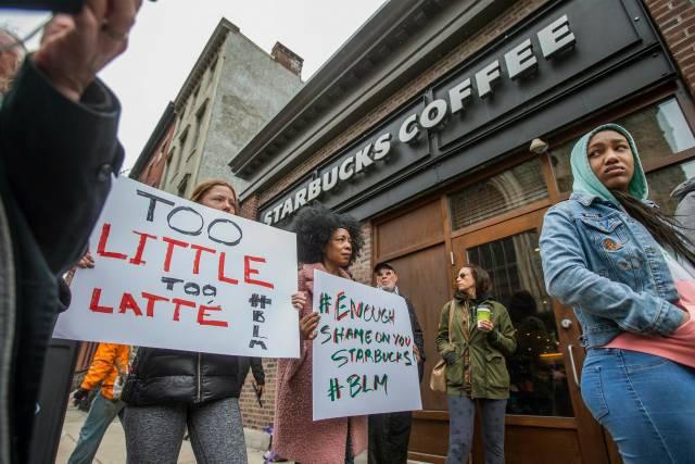 """Starbucks capacitará a gerentes sobre """"sesgo inconsciente"""""""
