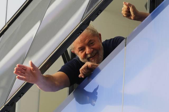 Grupo toma apartamento por el que Lula está en prisión