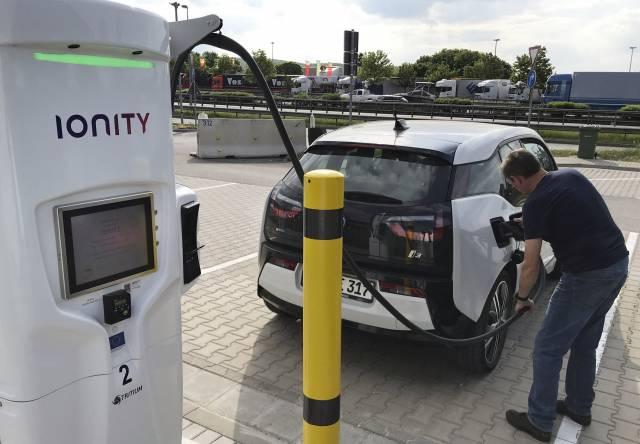 Vehículos eléctricos tendrán estaciones de carga en Europa