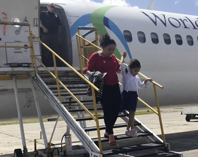 Entre sollozos regresan familias separadas a Guatemala