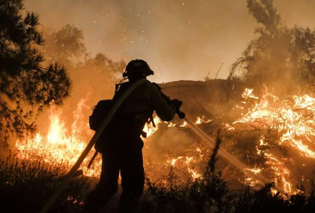 Incendio se acerca a viviendas en el sur de California