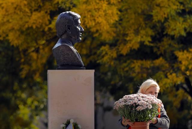 Rumania: Develan busto de Elie Wiesel en Día del Holocausto