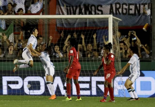 Argentinas golean a panameñas y ponen un pie en Mundial