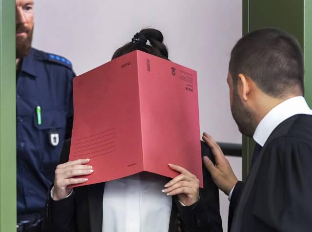 Mujer alemana acusada de permitir muerte de niña en Irak
