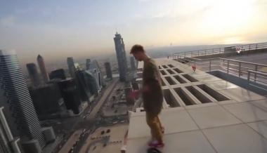 Maniobras de Hoverboard en la cima de un Rascacielos