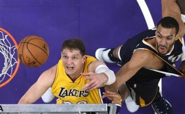 Jazz gana a Lakers 102-100 con un triple de Ingles