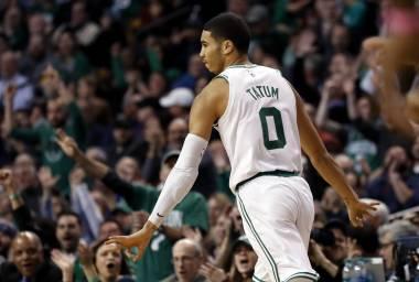 Irving anota 32, Celtics vencen a Bucks
