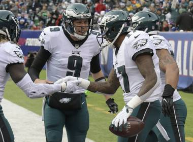 Foles luce; Eagles ganan descanso en 1ra ronda de playoffs